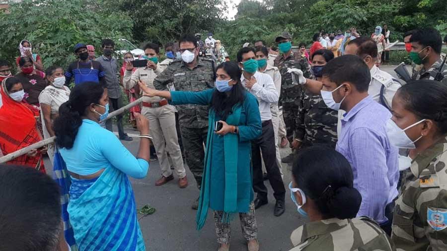 Mayor Roshni Turkey (in blue saree left) speaking to SDO Megha Bhardwaj in Hazaribagh on Tuesday during the road blockade by villagers