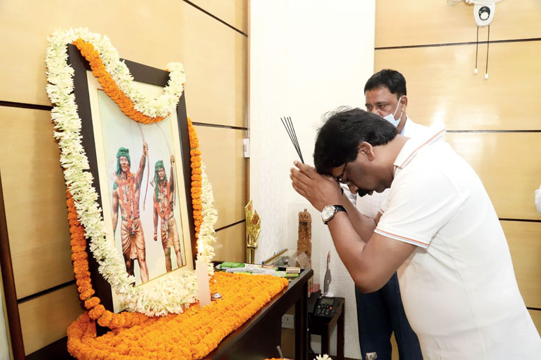 CM Hemant Soren paying floral tribute before the photo of tribal leaders Sidho and Kanhu Murmu at his residence in Ranchi on Tuesday