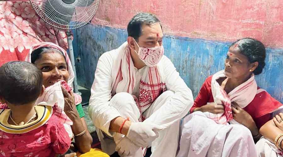 AICC general secretary Jitendra Singh at the quarter of garden worker Minu Ghatowar at Lepetkata tea estate in Dibrugarh, Assam