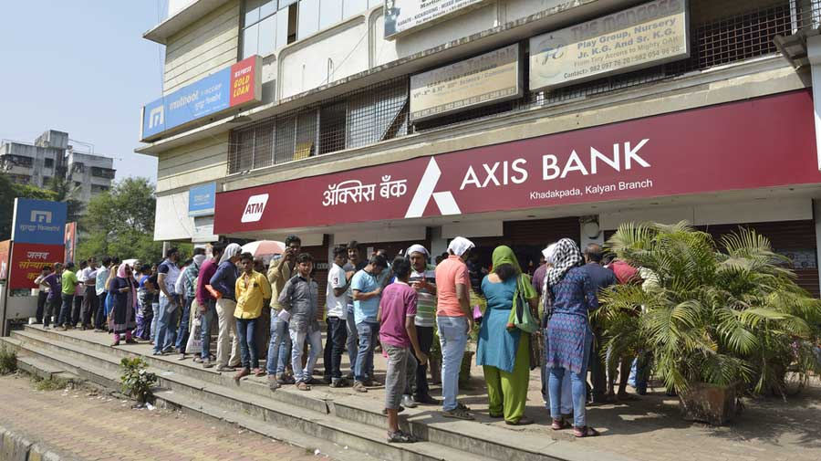 People queuing up to withdraw money from banks after the announcement of demonetisation in Mumbai in 2016.