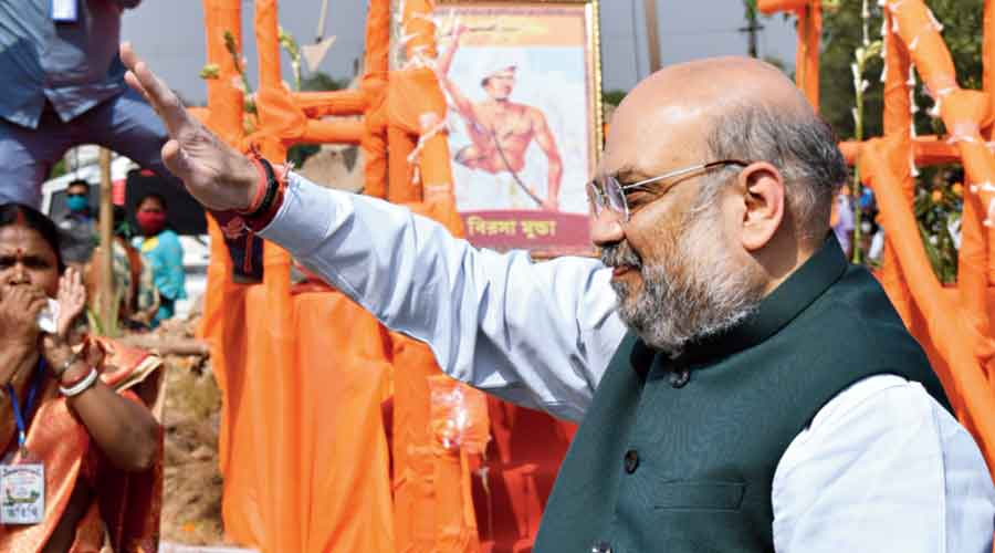 Amit Shah after garlanding the statue of a tribal hunter's statue in Bankura.