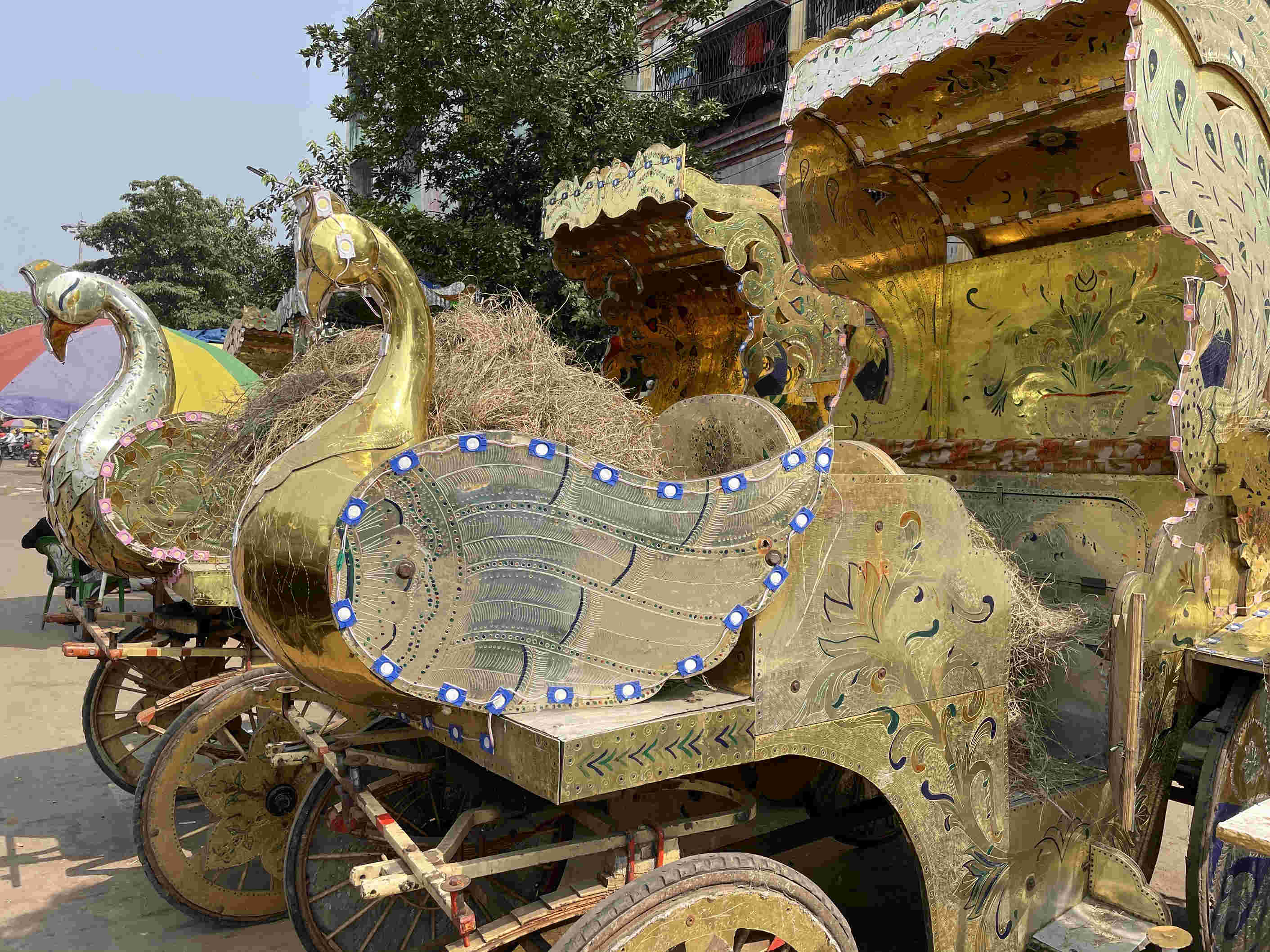Every detail on the horse-drawn chariot gets captured without any overexposure.