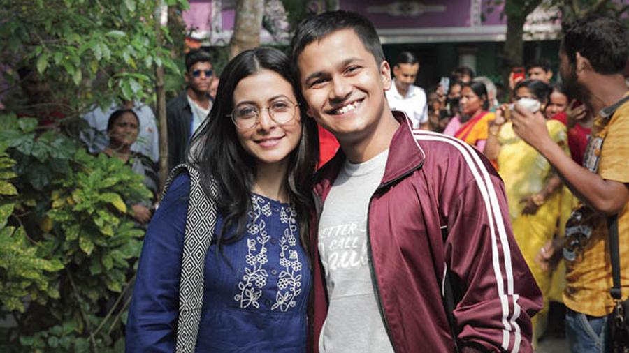 Swarnaja (Koel Mallick) and Babai (Rwitobroto Mukherjee)