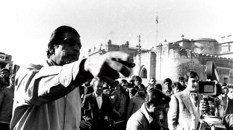Satyajit Ray and Soumitra Chatterjee during the shooting  of Sonar Kella (1974)