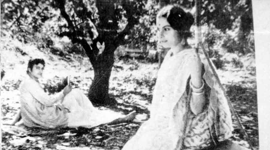 Soumitra Chatterjee and Madhabi Mukherjee in the  swing scene in Charulata