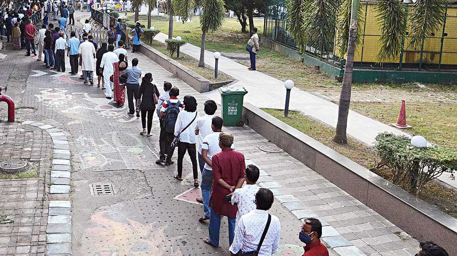 Calcuttans line up to pay tribute to Soumitra Chatterjee at Rabindra Sadan on Sunday.