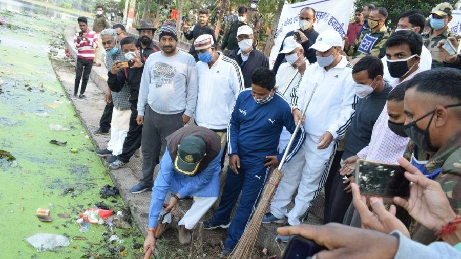 MP Jayant Sinha cleans Hazaribagh lake on Wednesday