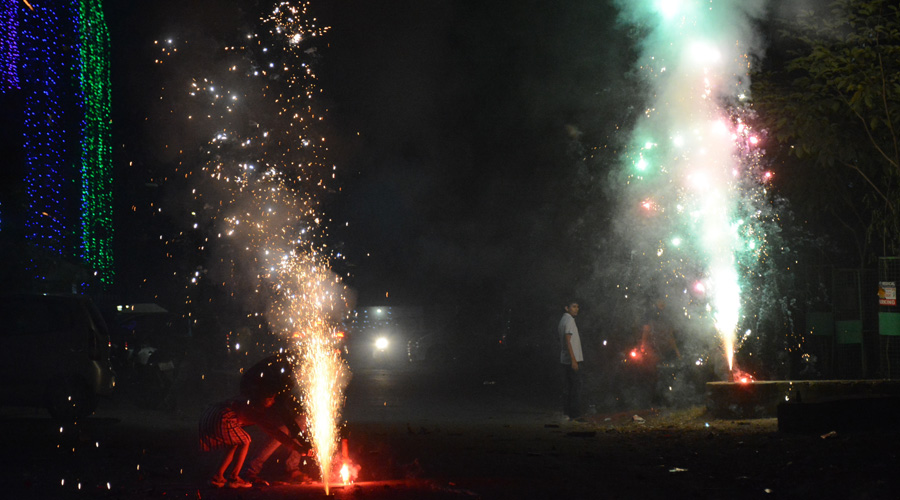 The bursting of firecrackers under the prevalent pandemic crisis is not favourable for the cause of larger community health given the significant relationship between air pollution and respiratory infections, it said.