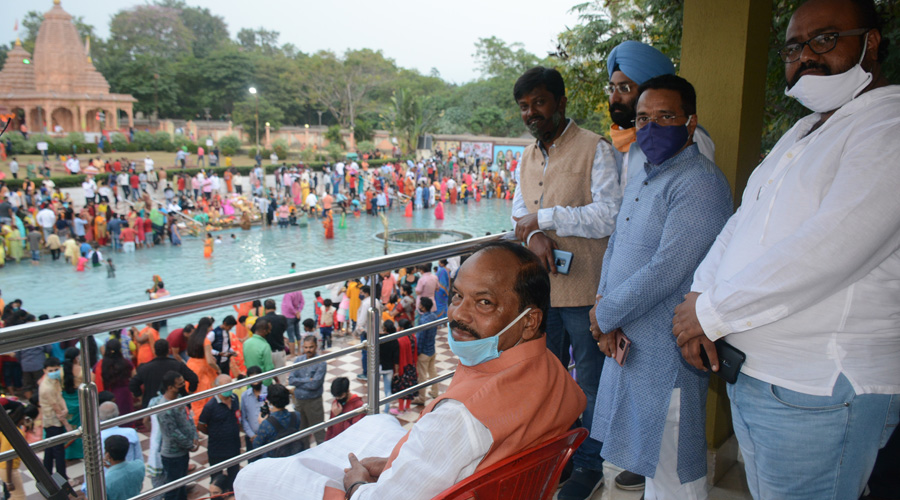 Former CM Raghubar Das and others celebrate Chhath at the Surya Mandir on Friday evening.