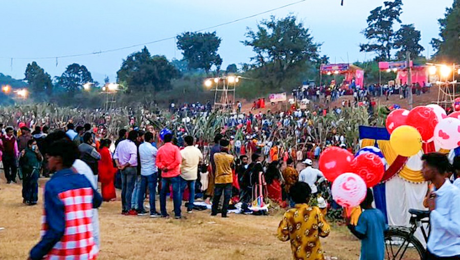 Social distancing goes for a toss as devotees pour in numbers to offer the morning Aargha on the occasion of Chaath Puja  at Chandwa River in Latehar on Saturday.