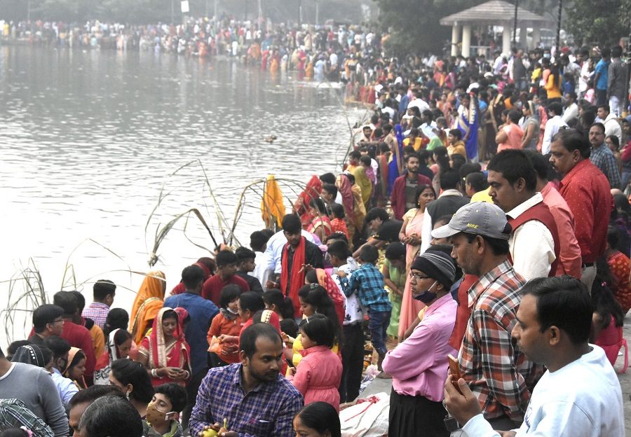 Crowd at the Rajender Sarovar in Bekar Bandh, Dhanbad on the occasion of Chhath Puja on Saturday.