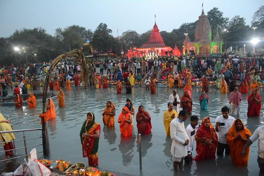 Chhath vratis perform rituals at the artificial reservoir of Surya Mandir in Sidhgora in Saturday morning.