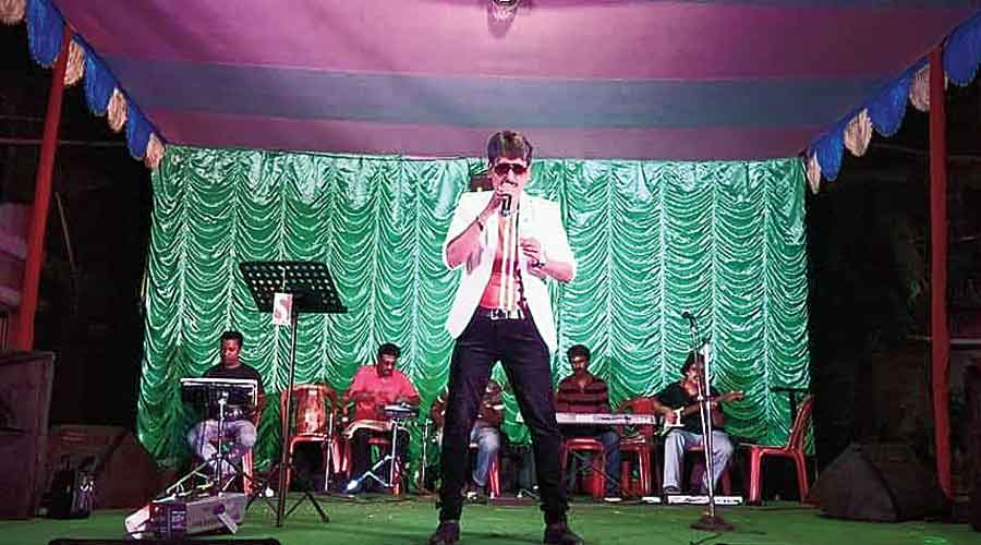 A musical troupe performs in Rajarhat before the pandemic