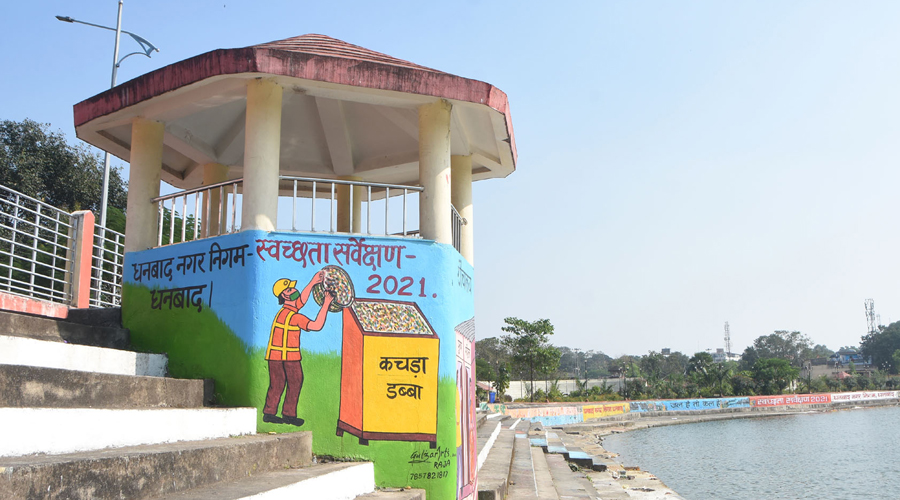 Painting and wall writing on cleanliness carried on by Dhanbad Municipal Corporation at Rajender Sarovar in Bekar Bandh, Dhanbad.