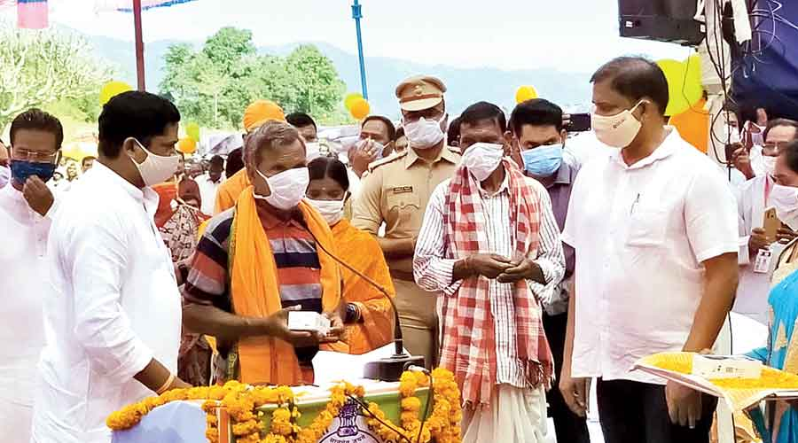 People receive mobile phones from Malkangiri officials.