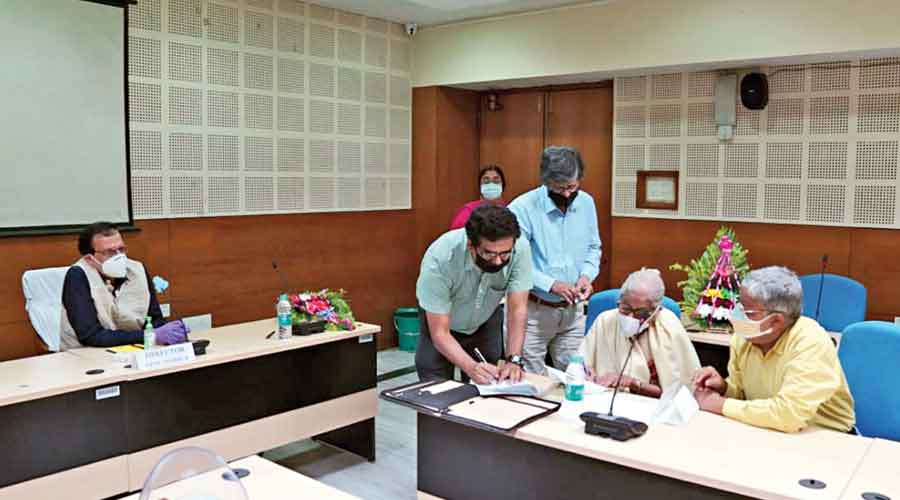 (Seated from right) Sunandan Narayan Basu and Reba Mukherjee at IIEST on Tuesday. Mukherjee signs a memorandum of understanding with the institute while donating Rs 50 lakh to turn the dreams of her late husband into a reality. Basu, too, donated Rs 50 lakh. Also seen in the picture is IIEST director Parthasarathi Chakrabarti