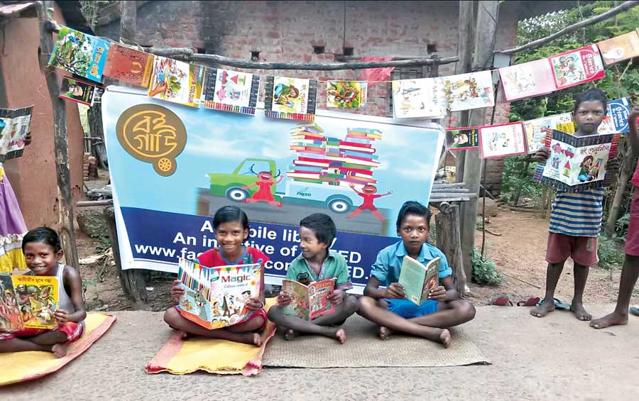 Children of Banshkopa village in front of the mobile library in the Bishnupur block of Bankura