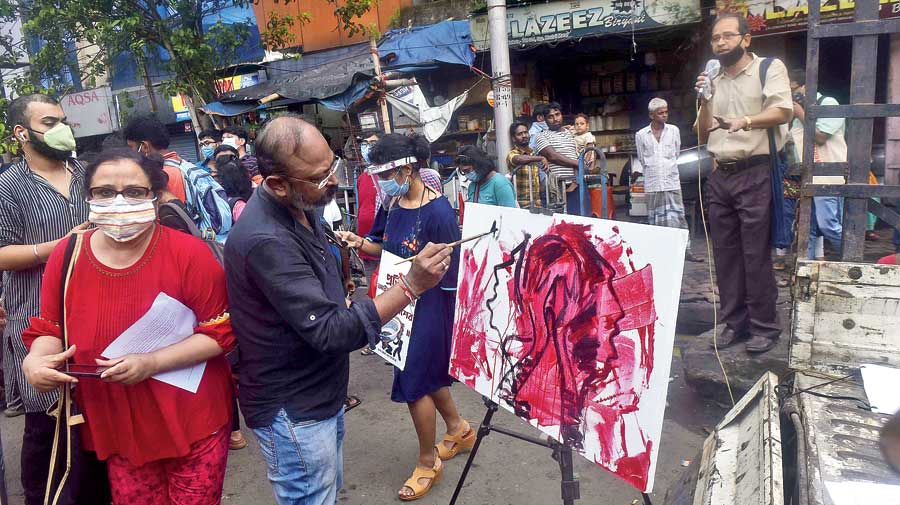 A man paints at a protest meet on CIT Road in Moulali to demand justice for the Hathras teenager on Monday evening. It was followed by a rally that started from the Moulali intersection and wound its way till the Calcutta Municipal Corporation headquarters on SN Banerjee Road.