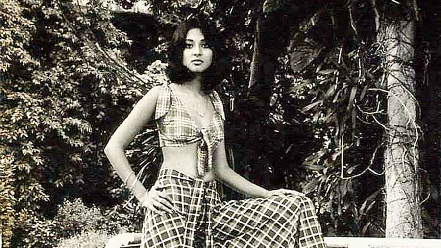 Moon Moon Sen models for a Kanishka's handloom outfit collection meant for export, in 1971