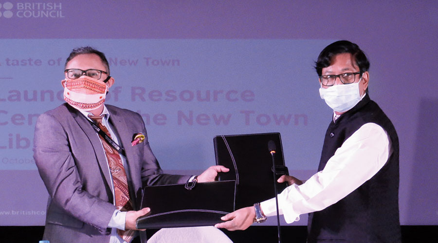 Hidco chairman Debashis Sen exchanges copies of the agreement with British Council, east and northeast, director Debanjan Chakrabarti at the New Town Library on October 1.
