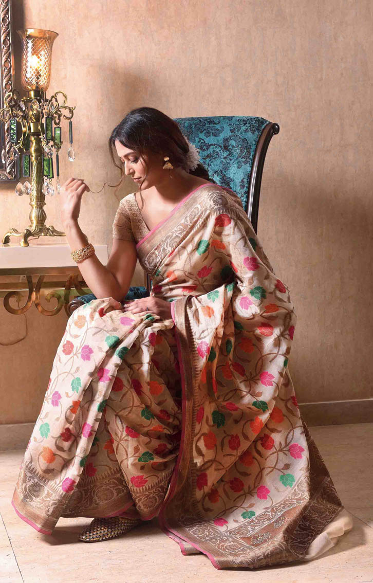 """5. The red bindi gave the touch of Bangaliana to the cotton minakari Benarasi. And, the flowers a festive vibe. """"It's traditional with a twist of the modern and you can team it with any jewellery,"""" said Mitali."""
