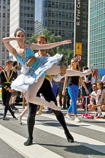 There was a ballet performance happening right in the middle of Avenida Paulista