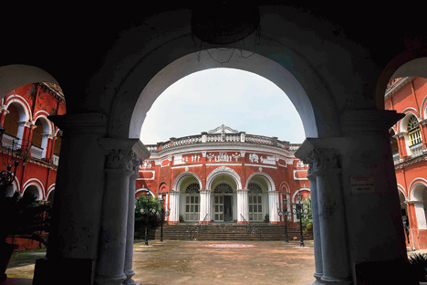 1. Team Rimi Nayak set off at the crack of dawn to travel to the majestic Itachuna Rajbari in Hooghly, about two-and-a-half hours by car from Calcutta, for the shoot. While the vastness of the heritage property resonated with the collection's spirit… break free and breathe, its old-world heritage soul was a contrast to its easy-breezy contemporaneity.