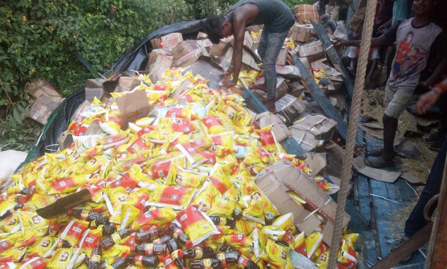 Mustard oil packets strewn on GT road in Siyarkoni Ghati.