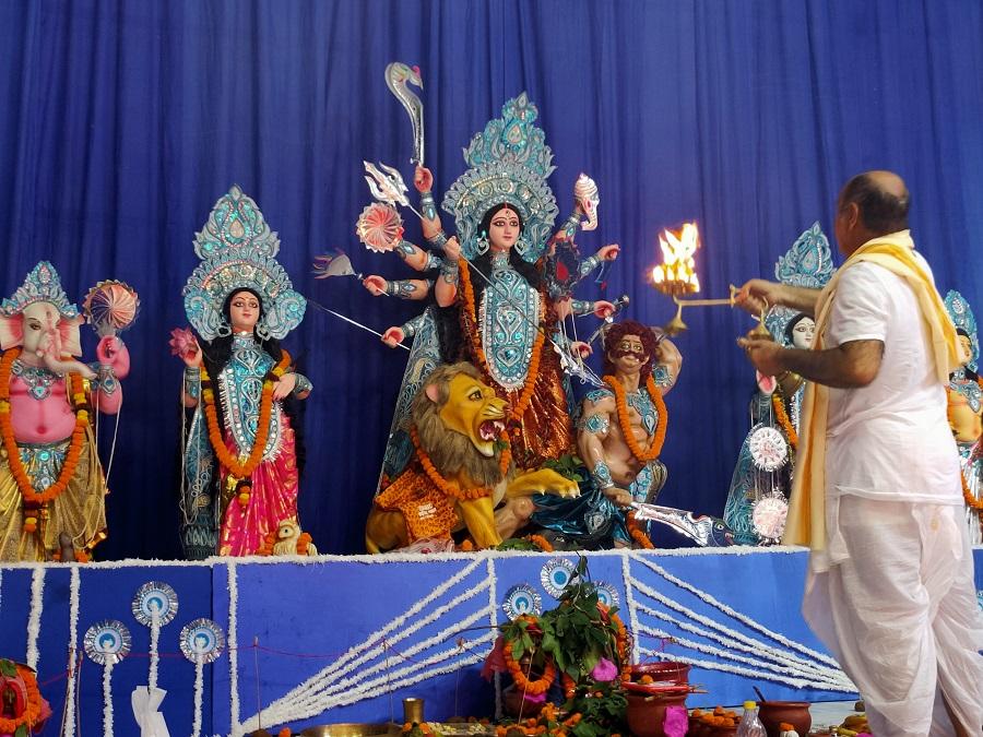 Priest performs Maha Arti at Deshpriya Club.
