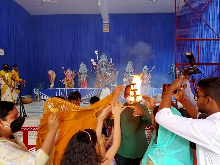 Devotees seek blessings from the Arti at Deshpriya Club.