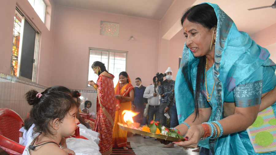 Rukmini Devi, wife of former CM Raghubar Das performs kanya puja at Shitla Mandir in Bhalubasa on Sunday.