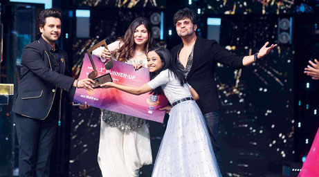 Ranita Banerjee accepts her runner-up cheque for Rs 3 lakh from Alka Yagnik as Jaaved Ali and Himesh Reshammiya look on