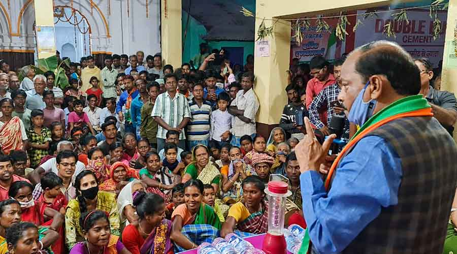 BJP national vice president and former chief minister Raghubar Das campaigns for party candidate Louis Marandi in Dumka.