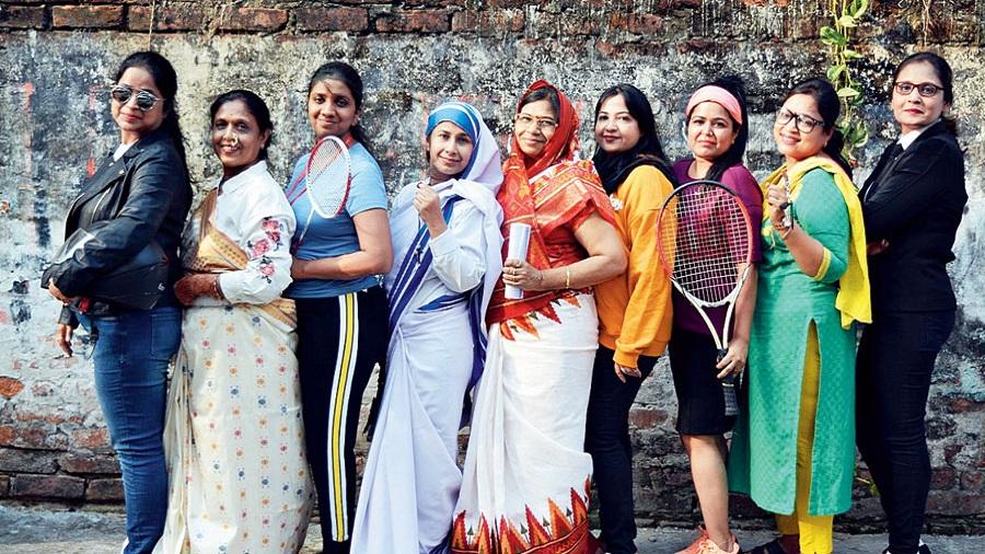 The ladies dressed as the first Indian long distance biker Roshni Sharma, doctor Anandi Joshi, Sania Nehwal, Mother Teresa, Pratibha Patil, Kalpana Chawla, Sania Mirza, the first lady auto driver Shila Dawre and pilot Durba Banerjee.