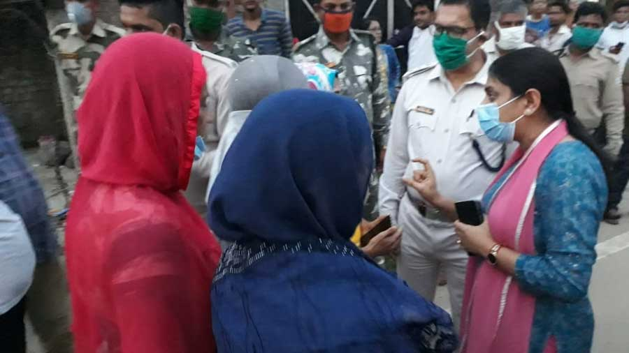 The subdivisional officer of Hazaribagh Sadar, Megha Bhardawaj, talks to agitators on Sunday.