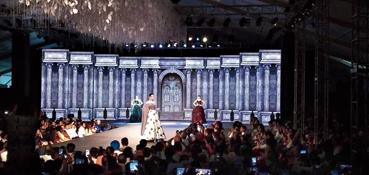 VJ Philip Gordon在Cobar上演的Rajbari Bawali时装秀上制作的视觉效果