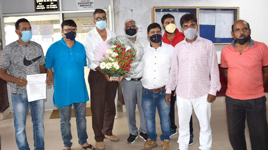 Members of Dhanbad Zila Durgapuja Samiti with deputy commissioner Uma Shankar Singh at his office on Friday.