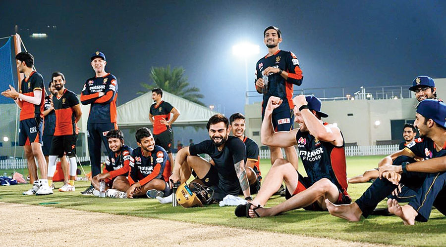 Virat Kohli enjoys a light moment with Royal Challengers Bangalore teammates and support staff.