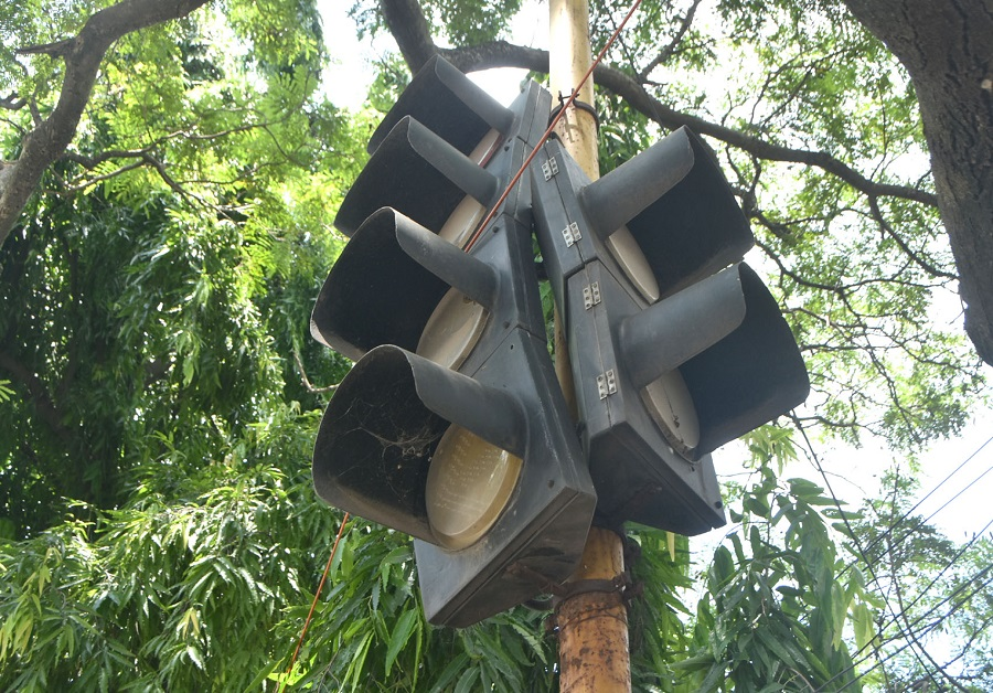 Dhanbad Municipal Corporation has made several attempts to install traffic signals, the latest one in January last year, but no one responded to its expressions of interest offer.