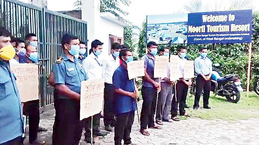 Some of the employees demonstrate at the entrance of the resort at Murti in Jalpaiguri on Wednesday.