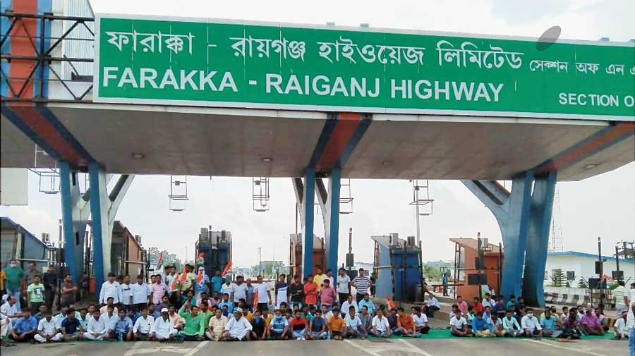 Trinamul leaders and workers demonstrate against the bad condition of the highway at the toll plaza in Baishnabnagar, Malda, on Wednesday.
