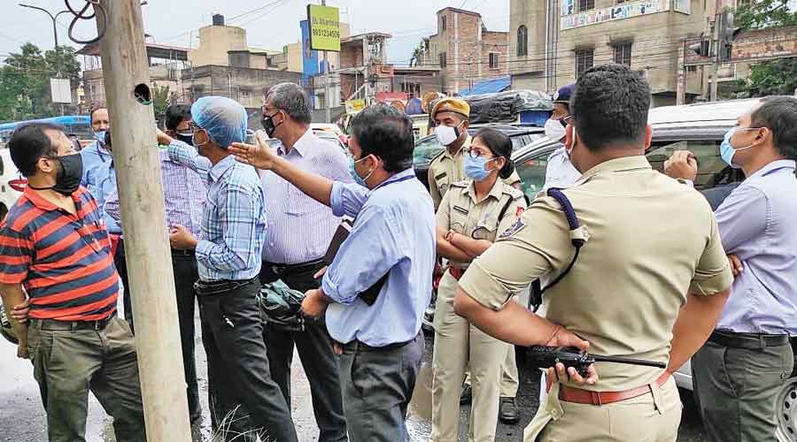 Officers of the Bidhannagar commissionerate with officials of various government agencies during  an inspection of Jessore Road on Tuesday