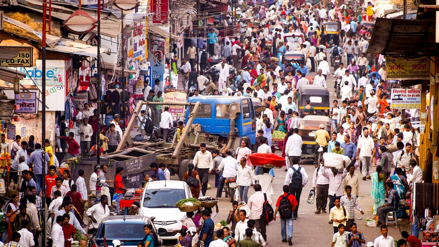 A crowded street in pre-pandemic Mumbai.