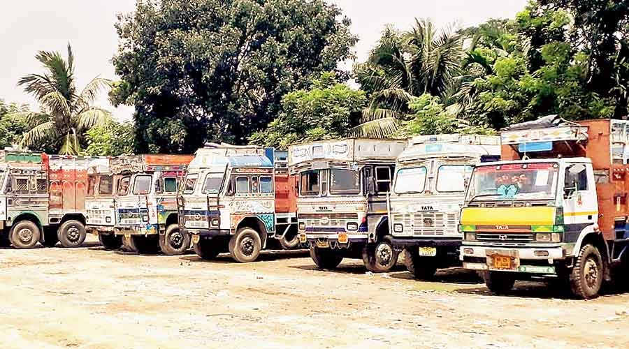 Trucks laden with onions at Ghojadanga in  North 24-Parganas on Thursday