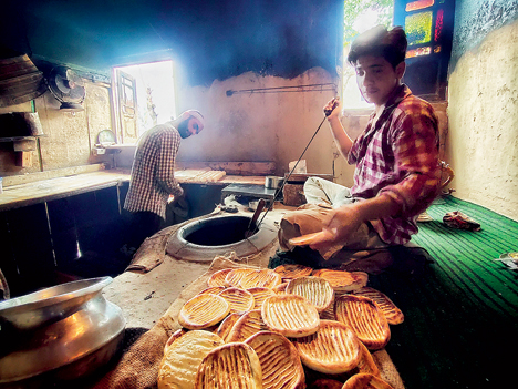 The first breakfast I had on this trip in #JammuAndKashmir was freshly baked #Tsot or #Girda bread from the tandoor of a #Kandur (traditional baker) on #DalLake. Oh, to combine this with butter & #NunChai (pink salted tea)