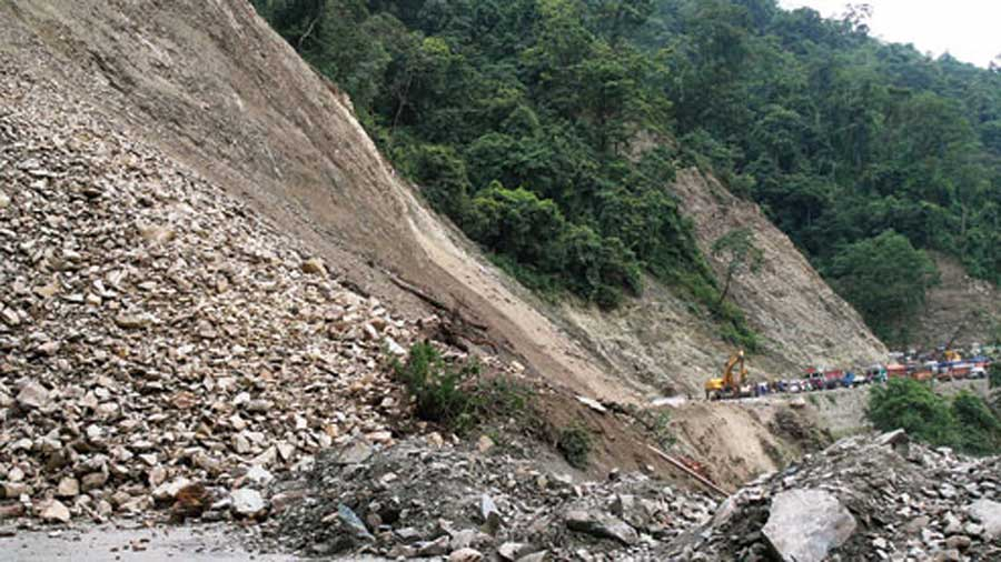 In the hills, a major landslide occurred on 29th Mile on NH10 on Tuesday morning, and halted traffic from Siliguri to Kalimpong and Sikkim for over 10 hours