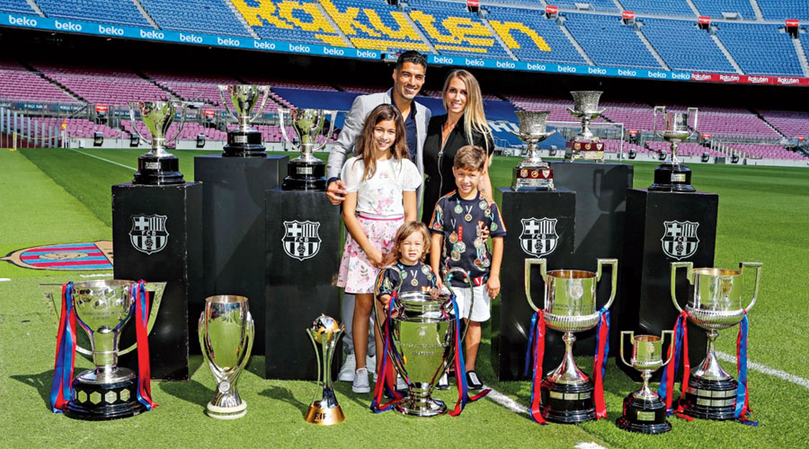 Luis Suarez and his family with the trophies the Uruguayan won in the Barcelona shirt.