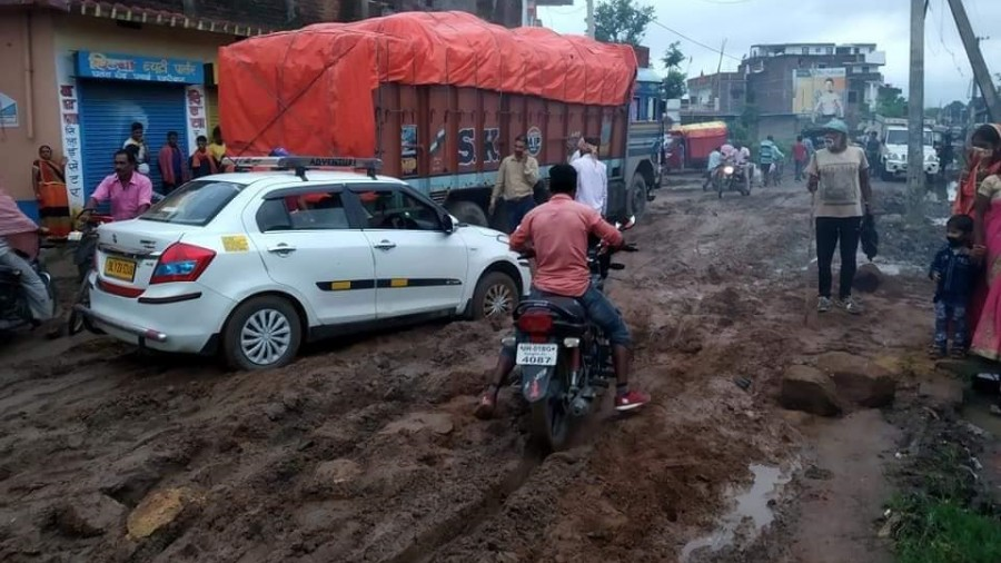 Commuters suffer due to the poor condition of the Hazaribagh-Chatra road.