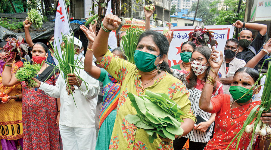 DYFI workers take part in a protest with farmers in Mumbai on Friday.