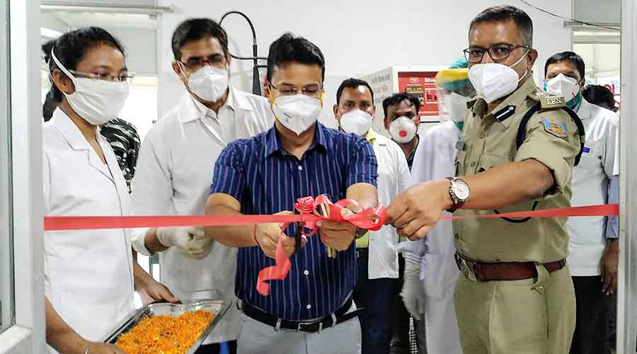 Deputy Commissioner Dhanbad, Uma Shankar Singh (in blue shirt) and Senior Superintendent of Police (SSP) Dhanbad, Aseem Vikrant Minj along with doctors inaugurating the aphaeresis and blood component preparation center at PMCH's Blood Bank in Dhanbad.